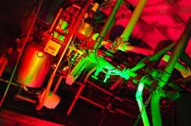 工場を緑と赤のライトでライトアップ